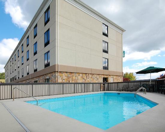 Quality Inn & Suites : Pool Area