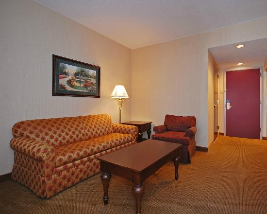 Quality Inn & Suites: Living Area in Suite
