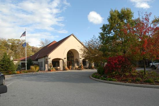 Potawatomi Inn and Conference Center: Potawatomi Inn Front entrance