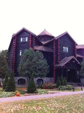 Fairmont Le Chateau Montebello: World's biggest log cabin