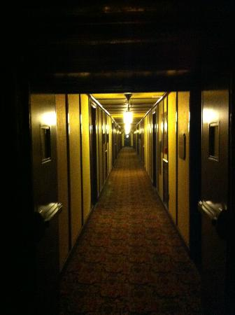 Fairmont Le Chateau Montebello: Hallway in one of the wings of rooms
