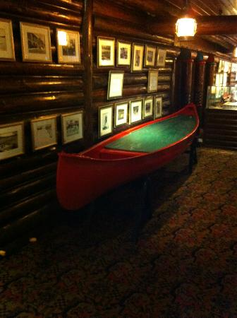 Fairmont Le Chateau Montebello: Canoe on 2nd floor mezzanine