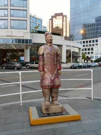 Pan Pacific Vancouver: Statue in front of hotel