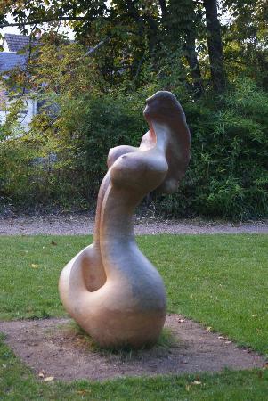 Les Douves D'onzain: Front lawn statue