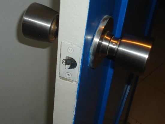 Cleopatra: door did not lock - was stuck