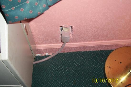 Heritage Inn Cleveland : No outlet cover at A/C
