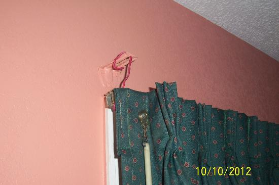 Heritage Inn Cleveland : Curtain held up by wire?