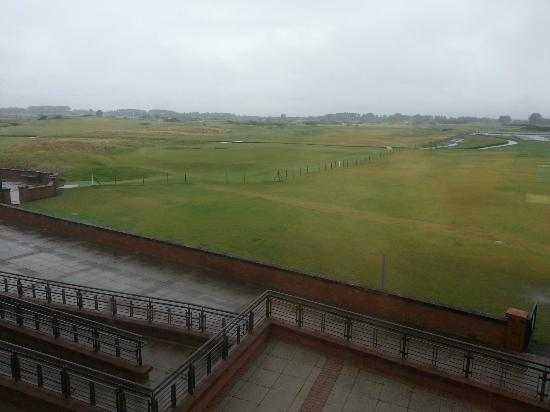 Carnoustie Golf Course Hotel: Early morning looking out over the golf course.