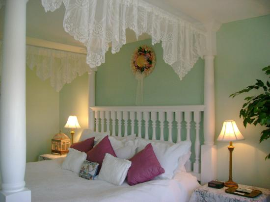 A Victorian on the Bay Bed and Breakfast: Sunset Suite