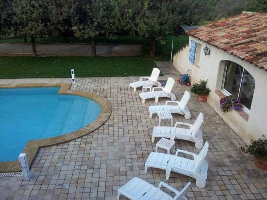 Mas Saint Michel: Pool terrace in front of guest apartment