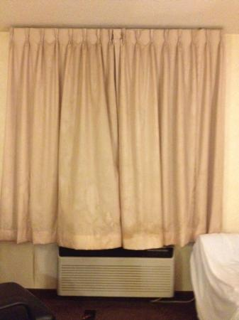 Baymont Inn & Suites Louisville South I 65: Curtains