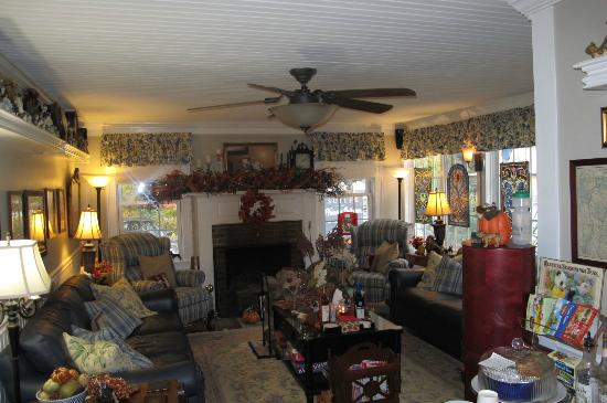 Phineas Swann Bed and Breakfast Inn: Living room