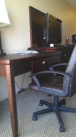 Holiday Inn Hotel & Suites Bakersfield: Non-fuctional desk