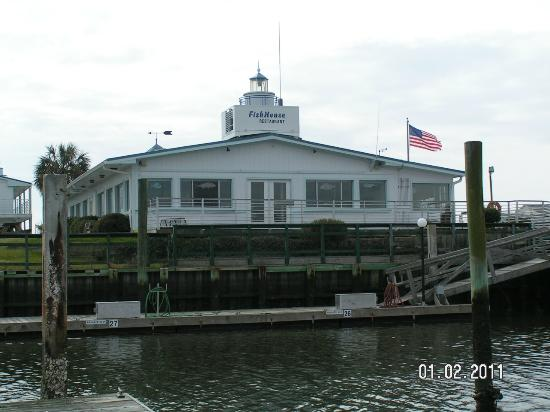 BlueWater Point Motel: THE RESTAURANT DECK FROM THE DOCKS