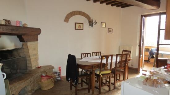 Casa Vacanze Podere Mezzastrada: keuken en loggia 108