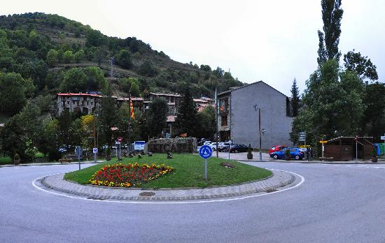 Hotel La Farga: Rotonda delante del Hotel