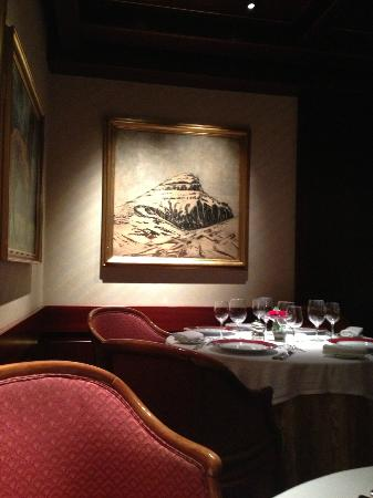 Hotel Holt: My favorite painting in the restaurant aptly called Galleries