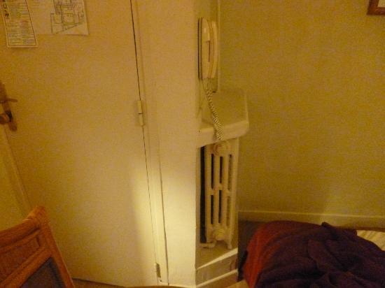 Hotel Riviera: a sinistra la porta e accanto al termosifone arriva il letto