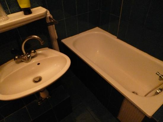Hotel Riviera: lavandino con vasca a adiacente