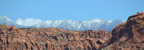 Red Mountain Resort: Snow Canyon behind resort