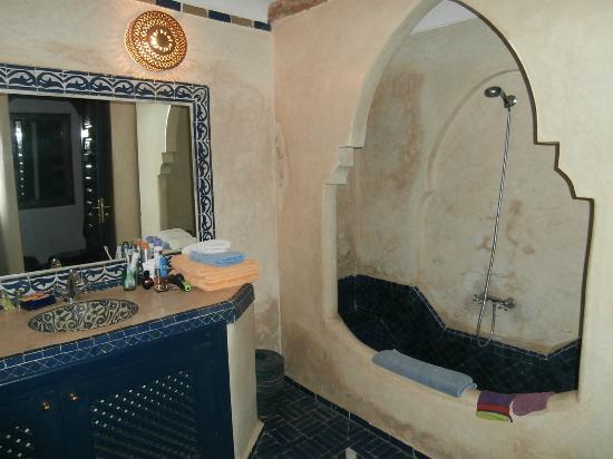 Riad Dar Alfarah: salle de bain suite Touareg