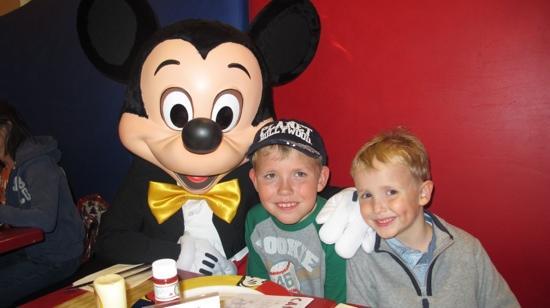 Disney's Newport Bay Club : dinner in cafe mickey - magic