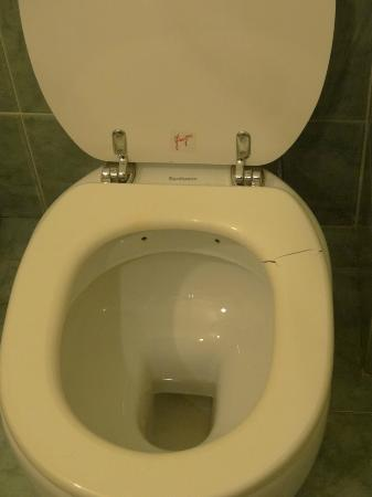 Hotel Axial: Cracked toilet seat