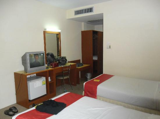 Chumphon Gardens: nice room, a few english tv channels as well