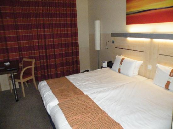 Holiday Inn Express Munich Airport: Room - clean, spacious has TV