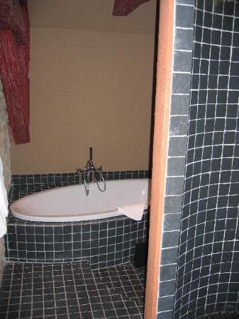 Hotel Restaurant Gilg: Bad zum Zimmer oben