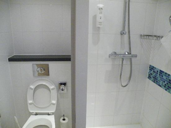 Holiday Inn Express Munich Airport: Bathroom - clean, very practical