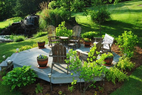 Whispering Pines Bed and Breakfast: Out door deck