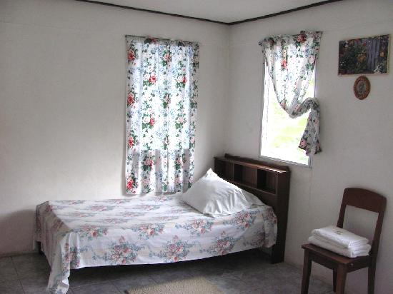 J & R Guest House: Room