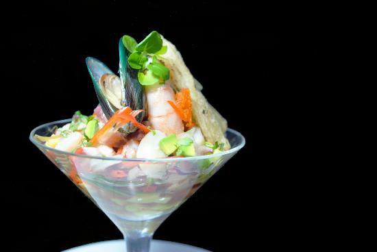 El Agave Azul Restaurante: Vuelve a la visa: Coctel de mariscos en salsa a base de tomate y crujiente ensaladilla