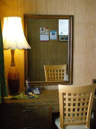 Blue Mountain Motel: Desk and Lamp in Room
