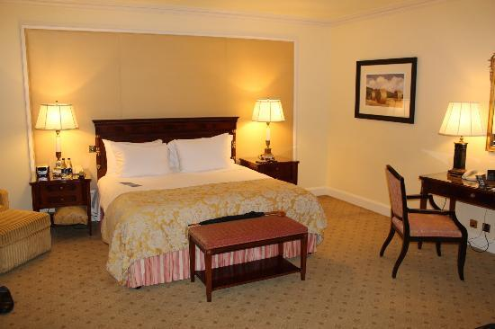 The Shelbourne Dublin, A Renaissance Hotel: King bed in upgraded room