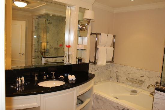 The Shelbourne Dublin, A Renaissance Hotel: bathroom in upgraded room