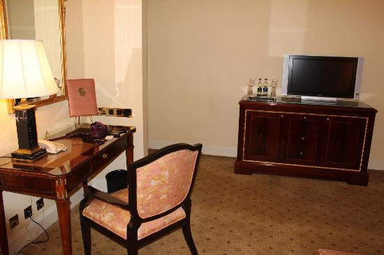 The Shelbourne Dublin, A Renaissance Hotel: desk, TV, mini-bar