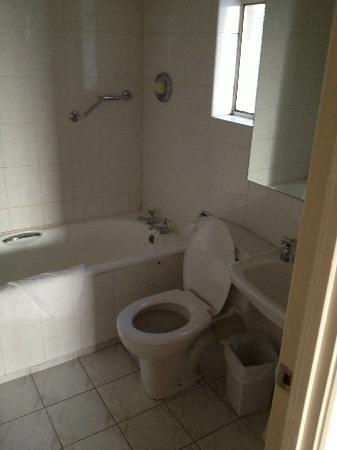 Longford Arms Hotel: bathroom