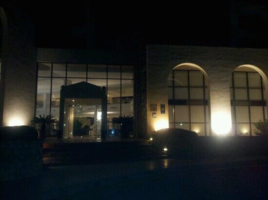 Protur Safari Park Aparthotel: front entrance at night