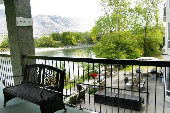 Riverland Inn & Suites: Terraces overlooking River Thompson