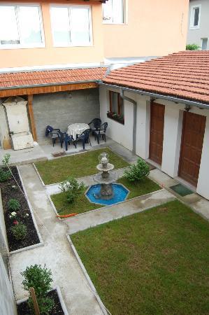 Apartments Castanea : Garden outside apartments