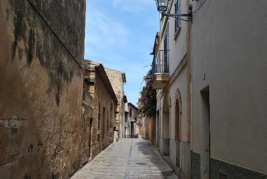 Alcudia Old Town : narrow street old town
