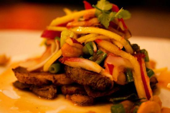 Dusit Thai Restaurant: Pretty Duck: Char-grilled magret of duck, flirting with fresh mango, cashew nuts and red onion