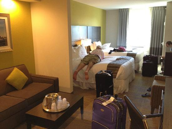Comfort Suites Miami Airport North: Our suite, don't mind the mess!
