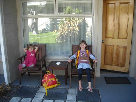 Gateway Motel: Neelah and Darian relaxing outside number 8