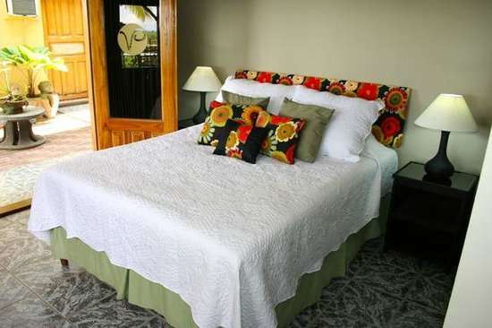 Vista Canyon Inn: Deluxe Room opens to Courtyard and partial canyon view