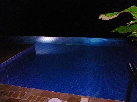 TikiVillas Rainforest Lodge: Pool lit up at night