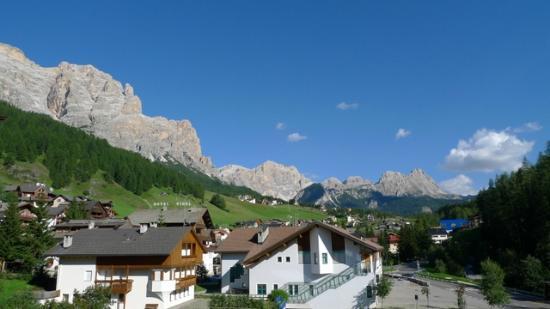 Lagacio Hotel Mountain Residence: View to lagazoui from balcony