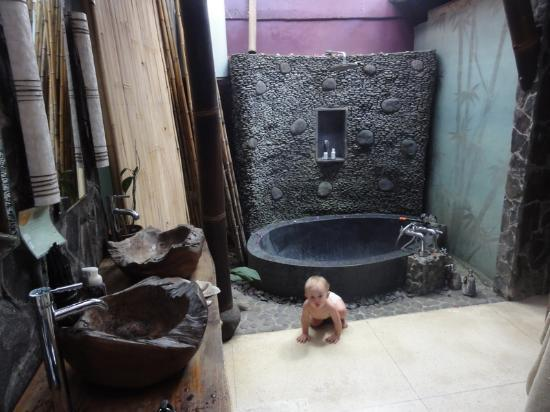 Villa Gaia : my baby and our incredible bathtub!